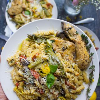 Quick One-Pot Creamy Chicken Pasta Dinner. YES for easy, delicious and energy saving dinners!! TEN minutes only and it's all yours! www.twopurplefigs.com