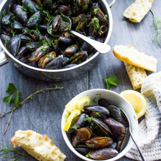 How to Cook Mussels with Garlic and Lemon Sauce